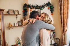 El papá da un regalo a su adolescente de la hija Fotografía de archivo libre de regalías