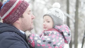 El papá detiene en sus brazos a su poca hija almacen de metraje de vídeo