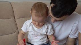 El papá dibuja con su hija metrajes