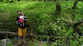 El papá está deteniendo a una hija en sus brazos almacen de video