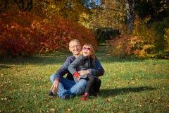 El papá juega con su hija en parque fotos de archivo
