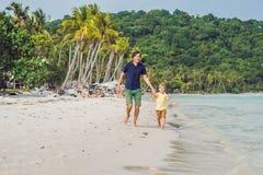 El papá juega con su hijo en el mar Imagen de archivo