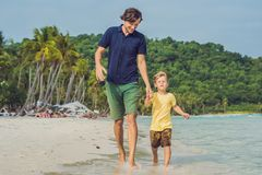 El papá juega con su hijo en el mar Fotos de archivo libres de regalías
