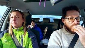 El papá, la mamá y el hijo de la familia comen en el bocadillo del coche almacen de metraje de vídeo