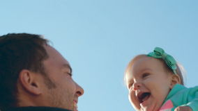 El papá lanza para arriba a su bebé dulce de la hija con un arco metrajes