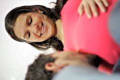 El papá orgulloso se besa el vientre embarazada del ` s de la esposa Imágenes de archivo libres de regalías