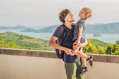 El papá y el hijo en el fondo de la playa tropical ajardinan panorama El océano hermoso de la turquesa renuncia con los barcos y fotos de archivo