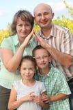 El papá y la mama está utilizando las manos para representar a casa fotografía de archivo