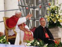 El papa saluda el fiel Imagenes de archivo