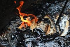 El papel ardiente del dinero de la fragua para muere antepasado Foto de archivo libre de regalías