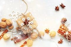 El papel beige de la caja festiva adornó objetos naturales Imagenes de archivo
