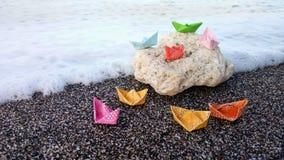 El papel coloreó en una roca fotografía de archivo libre de regalías