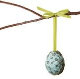 El papel cubrió el huevo de Pascua que colgaba de una ramificación Fotografía de archivo