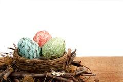 El papel cubrió los huevos de Pascua en una jerarquía Imagenes de archivo