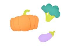 El papel de la calabaza, del bróculi y de la berenjena cortó en el fondo blanco Imagen de archivo