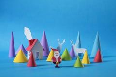 El papel de la Navidad cortó la tarjeta de felicitación de los ciervos de la casa de santa Imagen de archivo libre de regalías
