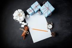 El papel de los regalos del vintage del canela de la composición del Año Nuevo de la Navidad estropea Fotografía de archivo libre de regalías