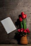 El papel de nota montó en las paredes de madera y las flores en conserva. Fotos de archivo
