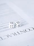 El papel del contrato con el juego corta en cuadritos Fotografía de archivo