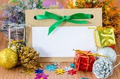 El papel en blanco de la etiqueta con adorna la Navidad Foto de archivo