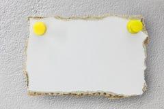 El papel grisáceo rasgado, alista para su mensaje Foto de archivo libre de regalías