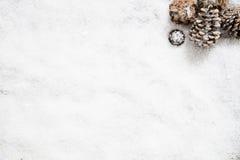 El papel pintado de la nieve para el invierno y diciembre copian el espacio, endecha del plano Foto de archivo libre de regalías