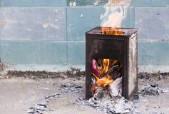 El papel quemó en la caja de acero con el frente de llama del fuego de la pared Foto de archivo libre de regalías