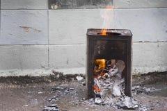 El papel quemó en la caja de acero con la llama del fuego Imágenes de archivo libres de regalías
