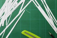 El papel se corta con un cortador Foto de archivo