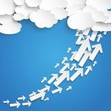 El papel se nubla el cielo azul de las flechas del crecimiento Foto de archivo