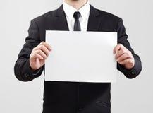 El papel temporario de la demostración del hombre de negocios para algo comunica Imágenes de archivo libres de regalías