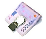 El paquete de 500 billetes de banco euro sujeta con el dinero Foto de archivo