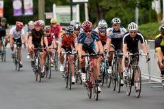 El paquete de ciclistas compite en evento del criterio de Duluth Fotos de archivo