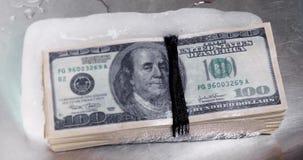 El paquete de cuentas del ciento-dólar se descongela del hielo Vídeo de Timelapse Descongele el efectivo metrajes
