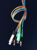 El paquete de tres cordones de remiendo de la fibra óptica con los conectores arregló en un nudo Fotografía de archivo