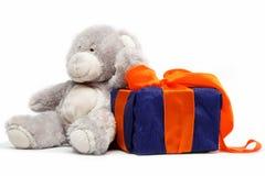 El paquete y el peluche del regalo refieren un blanco. Imágenes de archivo libres de regalías
