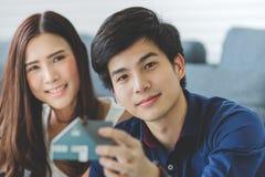 El par adolescente asiático está planeando construir su casa futura con fotos de archivo
