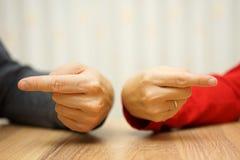 El par adulto tiene dificultades en la relación ambas demostraciones fotos de archivo libres de regalías