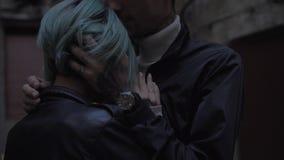 El par apasionado es que se besa y de abrazo en la oscuridad almacen de video