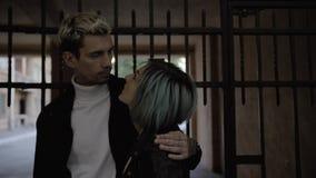 El par apasionado es que se besa y de abrazo en la oscuridad almacen de metraje de vídeo