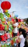 El par asiático pone una donación en las linternas chinas Fotos de archivo libres de regalías