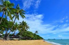 El par camina en la playa de la trinidad cerca de los mojones Queensland Australia fotografía de archivo libre de regalías