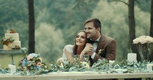 El par cariñoso es blando de abrazo y sosteniéndose las manos durante su fecha romántica en fruta deliciosa del bosque brumoso se metrajes