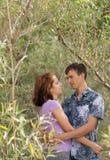 El par cariñoso está abrazando al aire libre Foto de archivo