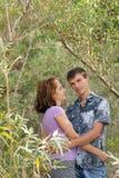 El par cariñoso está abrazando al aire libre Imagenes de archivo