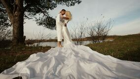 El par cariñoso hermoso es blanco se está besando cerca del río en el parque del otoño metrajes