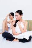 El par chino enajenado, mujer está rechazando a su hombre Fotos de archivo