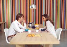 El par come el desayuno junto l Foto de archivo