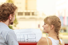 El par con el edificio del proyecto del modelo planea al aire libre Imagen de archivo libre de regalías