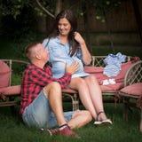 El par de adultos jovenes está esperando para nacer su primer niño fotografía de archivo libre de regalías